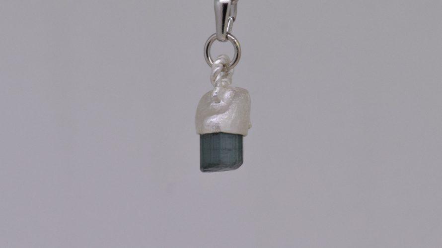 グリーントルマリンの原石の特徴を残した可愛いペンダントトップ