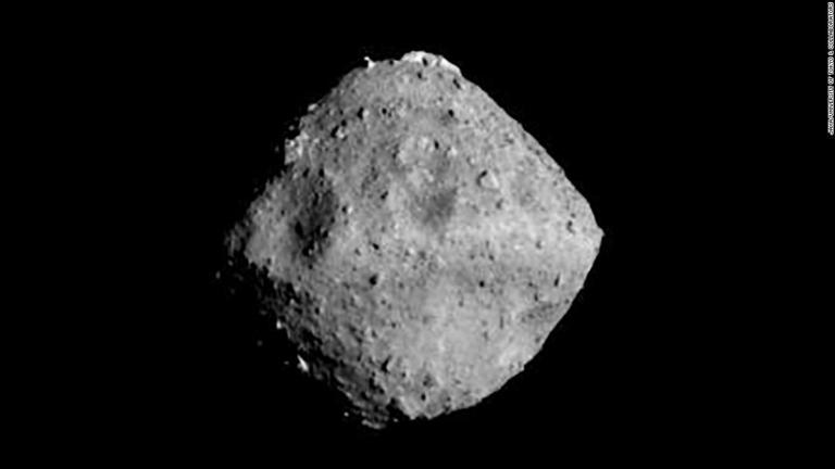 小惑星「リュウグウ」で水と有機物の痕跡発見